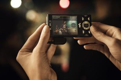 Sony Ericsson W995 to telefon, który ma szansę zaintrygować osoby opłacające abonament, bo zawiera cyfrowy aparat z matrycą 12 Mp.