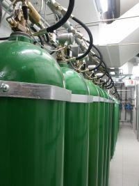 Do dławienia ognia stosowany jest gaz szlachetny argon. Na zdjęciu butle z gazem, element systemu zabezpieczeń przeciwpożarowych