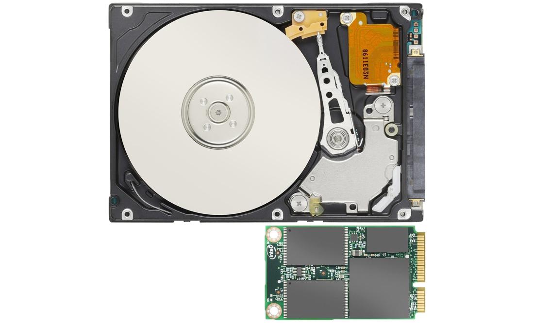 Dysk SSD (na dole) nie zawiera ruchomych elementów mechanicznych, lecz tylko układy pamięci. Natomiast w konwencjonalnym twardym dysku (na górze) głowica zapisu/odczytu wydłuża czas dostępu do przechowywanych danych.