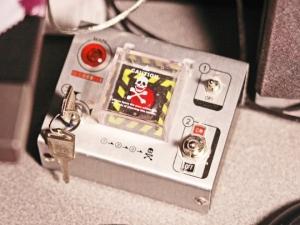 Tym przyciskiem inicjuje się w Microsofcie comiesięczny Patch Day, w którym przedsiębiorstwo publikuje aktualizacje systemów Windows i pozostałego oprogramowania. Patch Day został wprowadzony w październiku 2003 r. i przypada na drugi wtorek każdego miesiąca.
