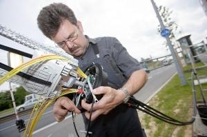 Aby zaoferować dostęp VDSL klientom końcowym, przedsiębiorstwa telekomunikacyjne muszą doprowadzić przewody światłowodowe do wielu miejsc. Rozbudowa sieci jest bardzo kosztowna i wymaga dużego nakładu pracy. (Źródło ilustracji: Deutsche Telekom)