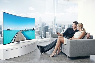 W samym środku wydarzeń – przed telewizorem z zakrzywionym ekranem Ultra HD siedzi się znacznie bliżej niż przed płaskim ekranem Full HD, więc efekty wizualne są zbliżone do tych z kina.