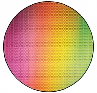 Im mniejsza szerokość ścieżki, tym więcej układów CPU mieści się na krzemowym waflu. W ten sposób można zmniejszyć koszty produkcji. Z 300-milimetrowego plastra, który widać na zdjęciu, można wyciąć ponad 500 procesorów.