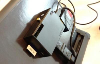 Za pomocą stacji dokującej Motorola Atrix Lapdock przeistoczysz Raspberry Pi w komputer przenośny. Możesz przymocować obudowę mini-komputera do tylnej ściany stacji dokującej, jak widać na zdjęciu.