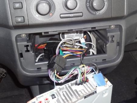 Większość producentów stosuje standardowe złącza radioodbiorników. Wystarczy więc rozłączyć kostkę ISO.