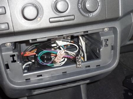 Po odłączeniu kabli zasilania, głośnikowych i antenowego można wyjąć radioodbiornik z wnęki.