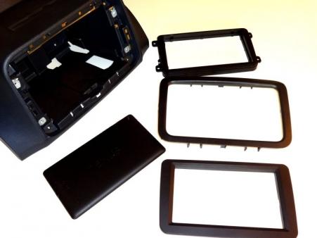 Tak wyglądają wszystkie elementy przed dopasowaniem – w lewym górnym narożniku konsola z wnęką 2DIN, poniżej tablet Asus Nexus 7 i trzy zaślepki montażowe.