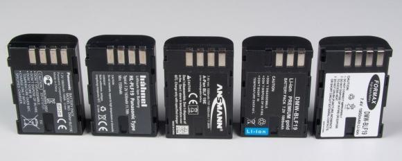 Akumulatory Li-ion do aparatu Panasonic Lumix GH3. Od lewej: najwydajniejszy oryginał, następnie markowe zamienniki Hahnel oraz Ansmann. Na końcu bardzo słabe zamienniki oferujące pojemność rzędu 600-700 mAh (na etykietach  widnieje zaś 1800 czy nawet 1950 mAh). Optymalnym rozwiązaniem jest zakup zamienników markowych, które kosztują 120-130 zł. Będąc znacznie tańsze od oryginału niewiele mu ustępują.