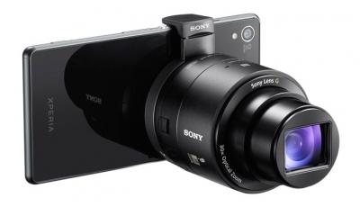 Bezkorpusowe aparaty (tu: Sony DSC-QX30) pozwalają przeobrazić smartfon w wysokiej jakości aparat hybrydowy.