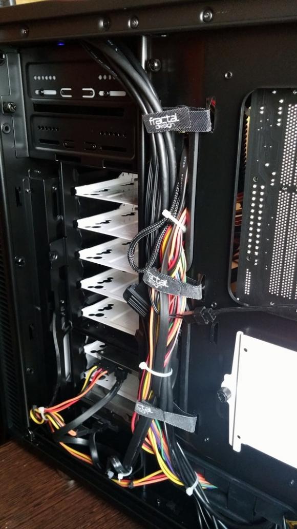 Kable są starannie uporządkowane.