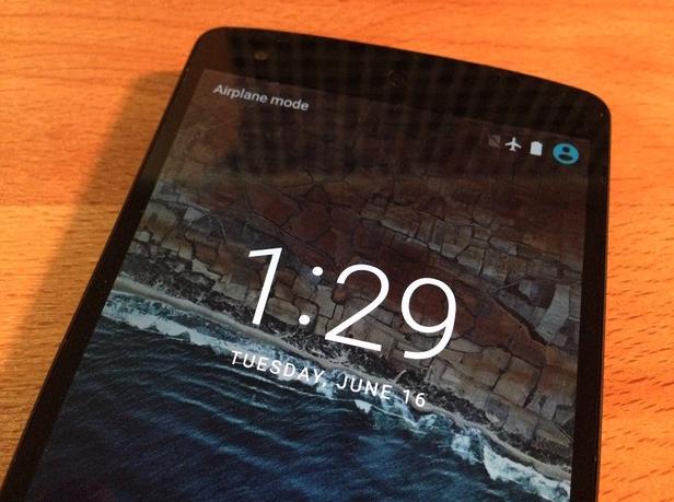Grubsze cyfry i litery na ekranie blokady