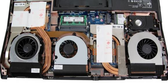 Układy chłodzenia składające się aż z trzech wentylatorów występują tylko w najbardziej wydajnych laptopach. Warto dbać o ich sprawność, regularnie czyszcząc z kurzu łopatki wentylatorów i miedziane rurki cieplne.