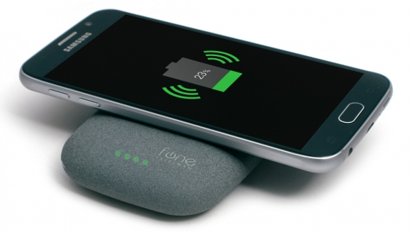 Smartfon sygnalizuje rozpoczęcie ładowania komunikatem na ekranie lub sygnałem akustycznym (na zdj.: Fonesalesman iQi Stone+).