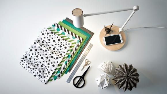 Lampa z ładowarką – lampa biurkowa Ikea Riggad ma wbudowaną cewkę Qi. Wystarczy położyć smartfon na podstawie, aby zainicjować ładowanie (fot. Ikea).