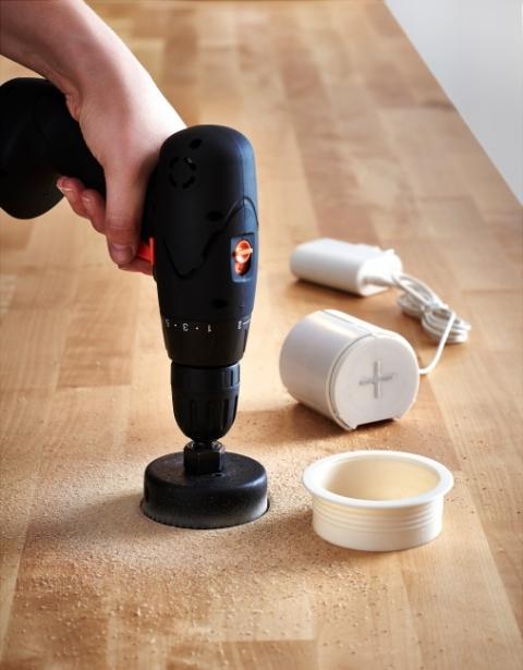 Taką ładowarkę można samodzielnie zamontować w blacie biurka lub stołu. Wystarczy wiertarka i otwornica (fot. Ikea).