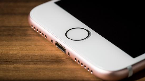 Przycisk Home nie jest już tradycyjnym przyciskiem, a podejrzewamy, że w pewnym momencie Apple całkiem z niego zrezygnuje. Być może już w wersji iPhone 8. fot. Adam Patrick Murray