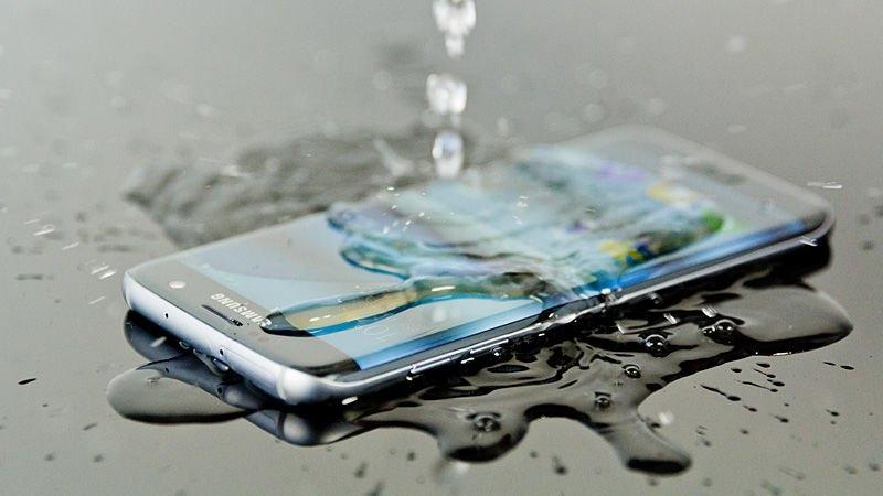 Wodoodporność jest jedną z licznych zalet Samsunga Galaxy S7. Jak wynika z testów znacznie przewyższa pod tym względem najnowszego iPhone'a.