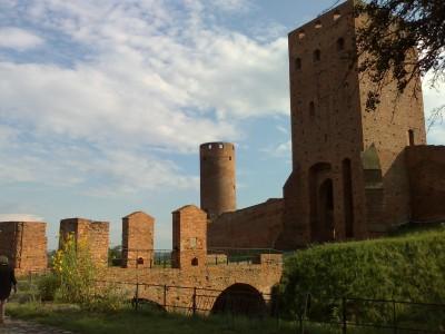 Zamek w Czersku z bliska w pełnym słońcu (Nokia N80)